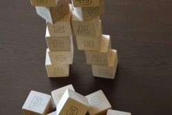 игра с дървени кубчета с Букви 4